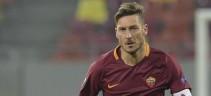 La maglia celebrativa 'C'è solo un Capitano' in vendita negli AS Roma Store (Video)