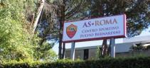 Allenamento Roma, gruppo diviso tra campo e palestra. De Rossi: