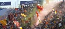 Bologna-Roma, i tifosi giallorossi contestano la squadra e la società. Pastore, Kolarov, Florenzi e De Rossi sotto la curva a chiedere scusa