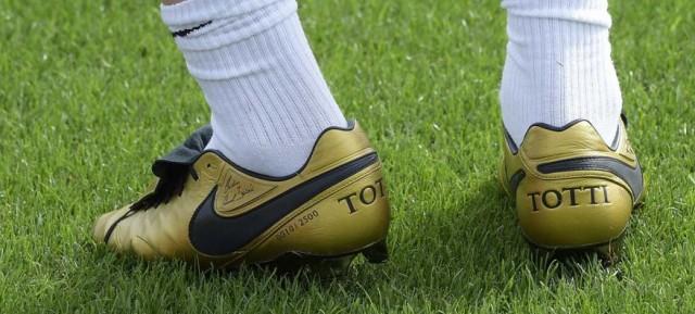 Le scarpe di Totti vanno a ruba. Il Re ne compra trenta paia