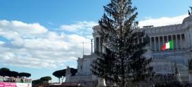 La Roma è sfigata come Spelacchio. Berlusconi rimane a giocare con il gameboy