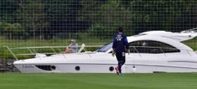 Uno yacht come tribuna...due turisti all'allenamento degli azzurri (FOTO)