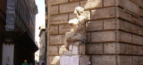 La voce di Pasquino: Roma e l'Italia annegano in un mare di scandali e giochi di potere